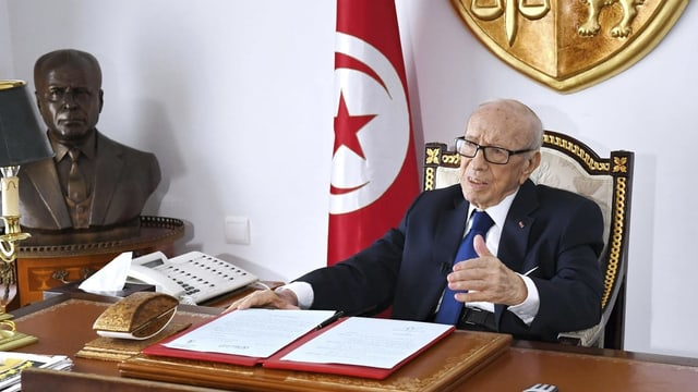 Staatspräsident Essebsi kehrte am 5. Juli 2019 nach einmonatiger Spitalpflege in sein Büro zurück, um ein Dekret zu unterschreiben. Im Hintergrund die Büste von Staatsgründer