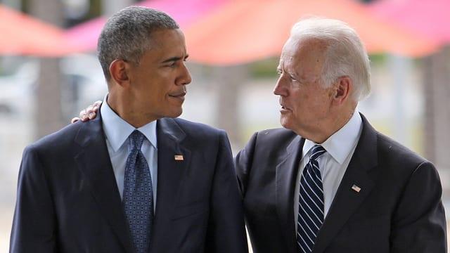 Ibama und Biden, Biden hat Obama die Hand über die Schulter gelegt und blickt ihm in die Augen.