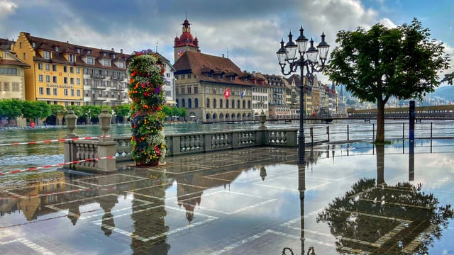 Blick auf das überschwemmte Luzern entlang der Reuss.