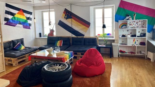 La stanza moderna dil nov local da sentupada cun ina lounge.