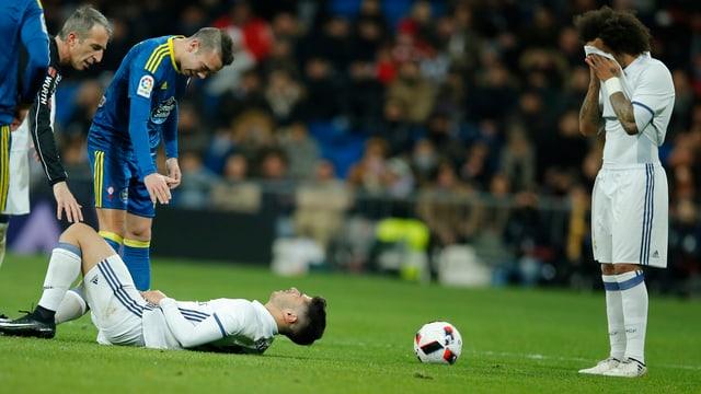 Asensio liegt verletzt am Boden