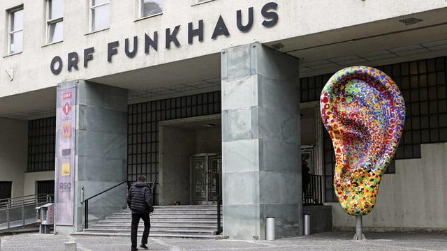 Eingang des Funkhauses mit einer grossen, farbigen-Ohr-Skulptur.