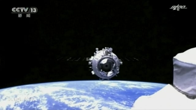 Andockvorgang im Weltraum zwischen dem «Tianhe»-Kernmodul und dem «Shenzhou 12»-Raumschiff