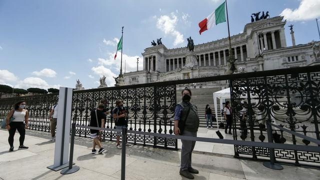 Strassenszene in Rom mit nur wenigen Passanten.