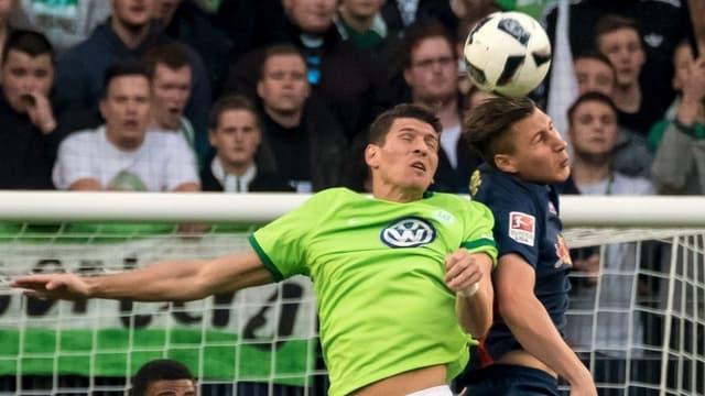 Zweikampf im Spiel zwischen Wolfsburg und Lugano