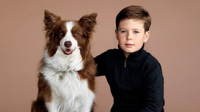 Links im Bild sitzt Hund «Ziggy», rechts der dänische Prinz Christian.