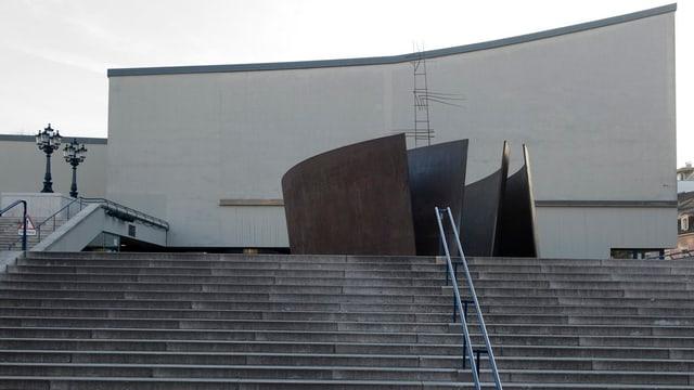 Theater basel, von aussen. man sieht die grosse Treppe vor dem Theater und das Gebäude.