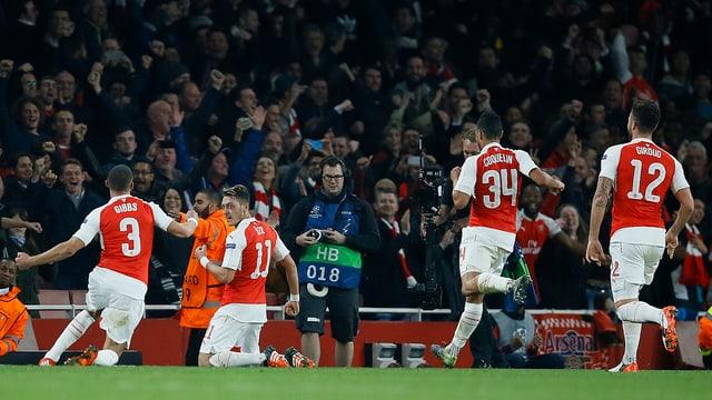 L'equipa d'Arsenal celebrescha in gol encunter Bayern München.