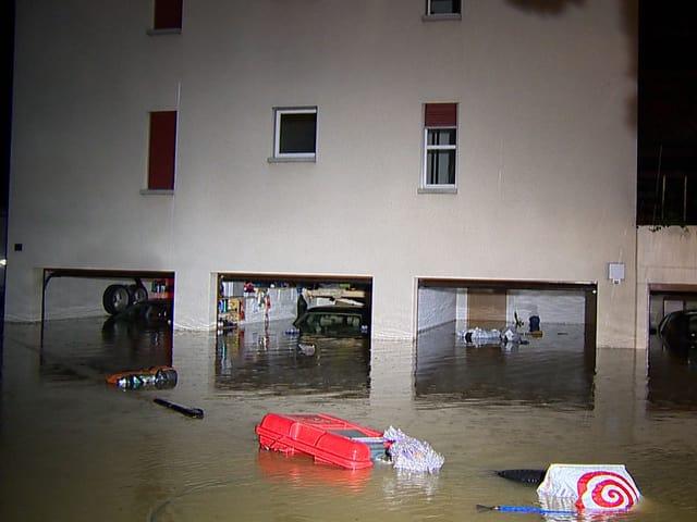 Mehrere überflutete Garagen.