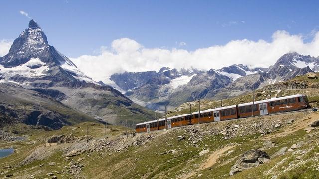 Gornergrat Bahn auf seiner Fahrt, im Hintergrund das Matterhorn.