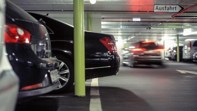 Autos in einem Parkhaus.