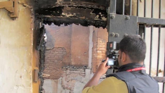 Polizist fotografiert defekte Gefängnistür nach dem Angriff der Taliban