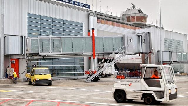kleine Transportwagen am Genfer Flughafen