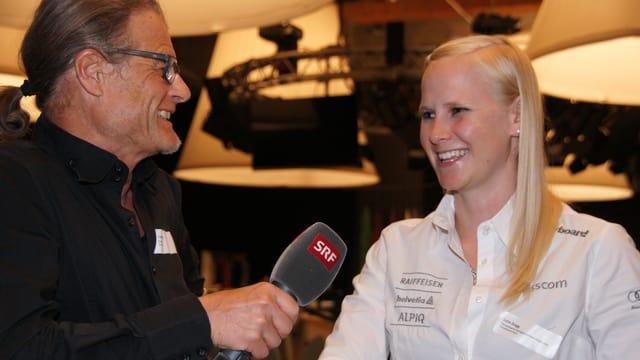 Sportreporter Fritz Bischof im Gespräch mit Snowboarderin Julie Zogg.