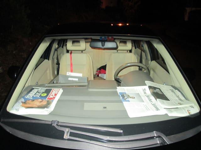 Verschiedene Zeitungen in einem Auto.