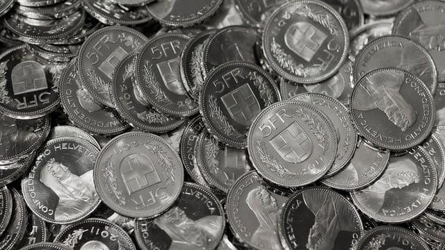 Blick in einen Behälter mit Fünffranken-Geldmünzen