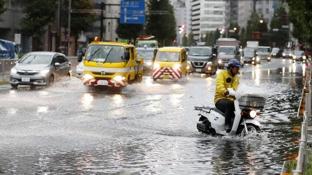 Überschwemmte Strasse in Tokio