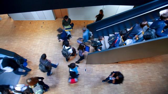 Schüler in einem Schulhaus