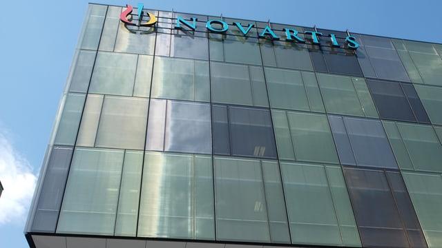Das Firmenlogo von Novartis am neuen Standort in Rotkreuz