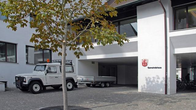 Blick auf das Gemeindehaus in Muttenz. Davor steht ein Gemeindefahrzeug.