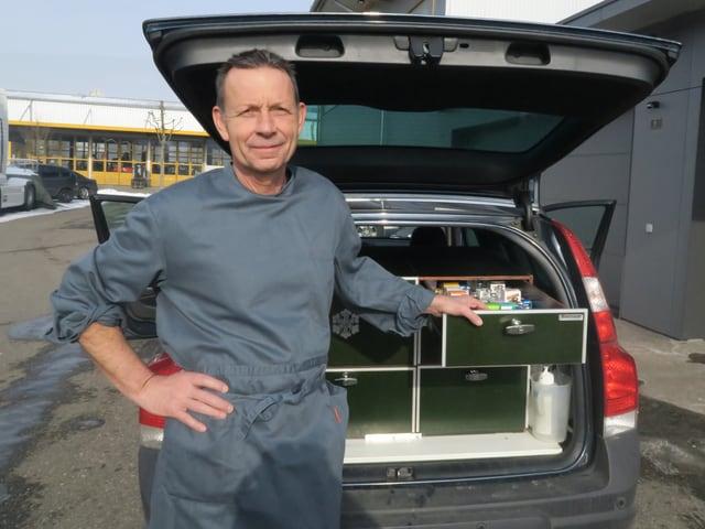 Christoph Kiefer vor seinem Auto mit der Tierapotheke im Gepäckraum