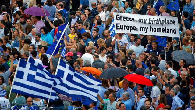 Millis da demonstrants pro-europeica èn sa radunads ad Athen.