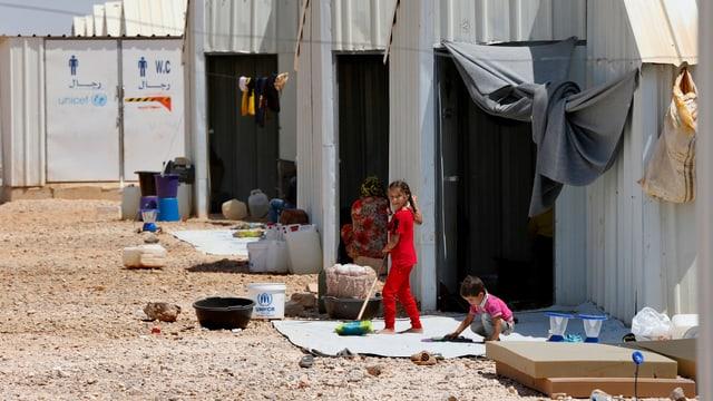 Syrische Flüchtlingskinder vor einem Flüchtlingscamp in der Nähe von Amman, Jordanien