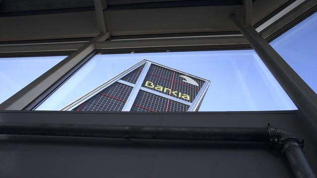 Aufsicht auf die Fassade der spanischen Bank Bankia, das Gebäude scheint schief zu stehen.