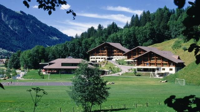 Das Kurszentrum mit Gebäuden und Sportanlagen.