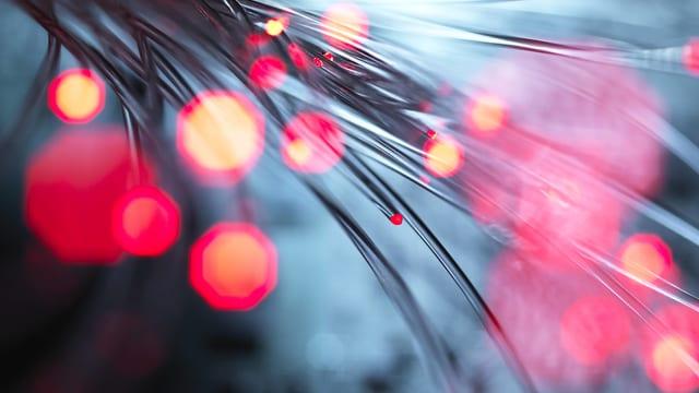 Symbolbild: Glasfaser-Kabel mit Licht.