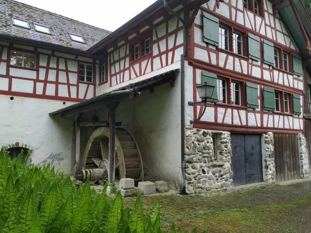 Mühle mit Riegelbau und Mühlenrad.