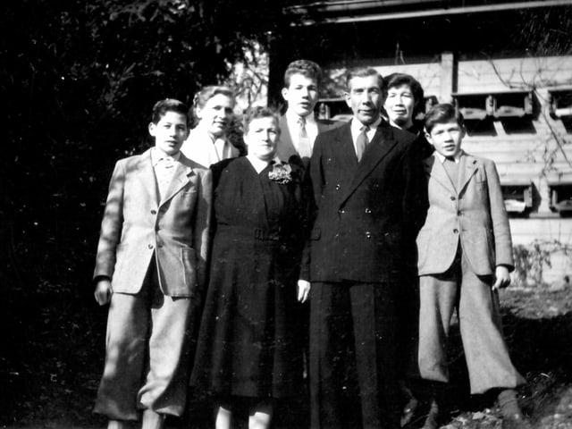 Eine schick gekleidete Familie posiert vor der Kamera