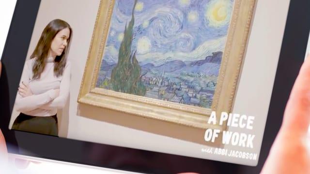Auf einem Tablet ist eine Frau zu sehen, die ein Bild von Van Gogh anschaut.