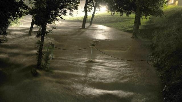 Ein Fluss ist über die Ufer getreten