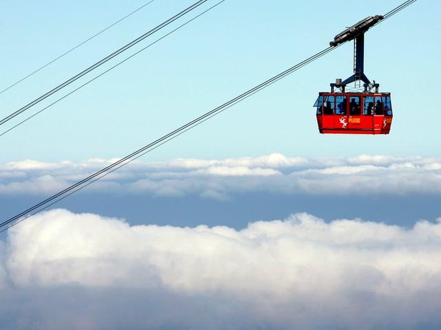 Die Pilatus-Seilbahn schwebt über dem Wolkenmeer.
