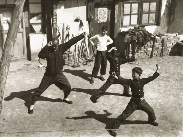 Buben trainieren Kampfkunst