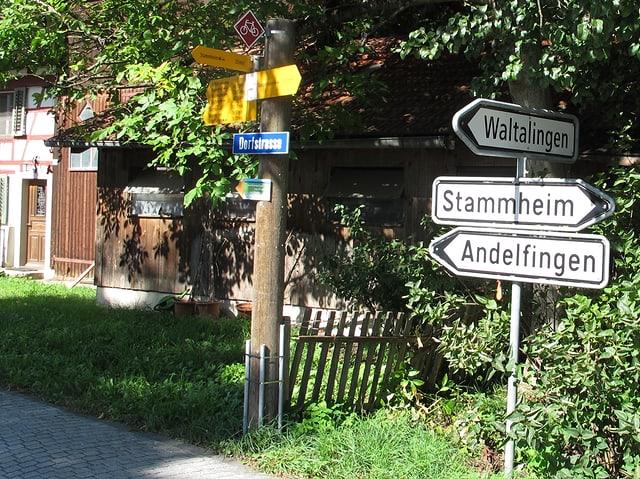 Verkehrsruichtungstafeln vor Bauerhaus