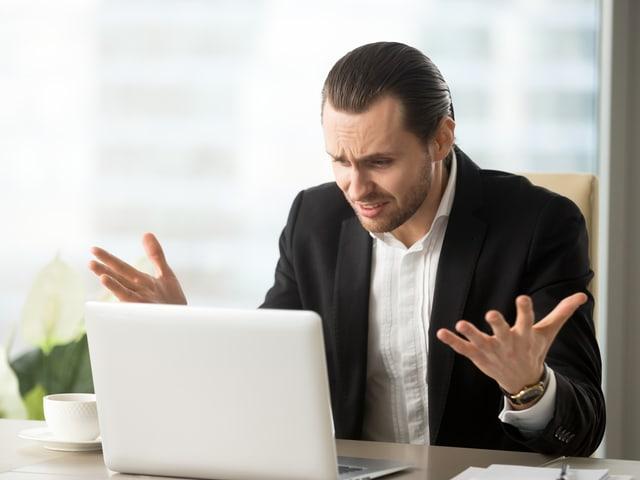 Ein Mann ärgert sich über einen Computerfehler.