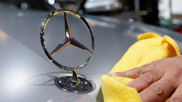 In auto da Mercedes vegn pulì.
