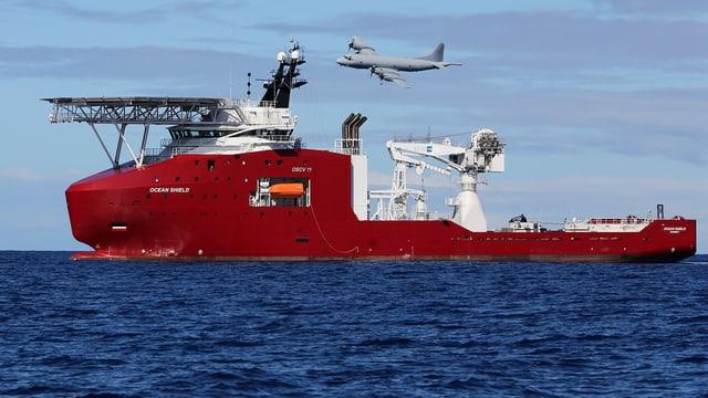 Das Schiff «Ocean Shield», im Hintergrund ist ein Luftzeug in der Luft