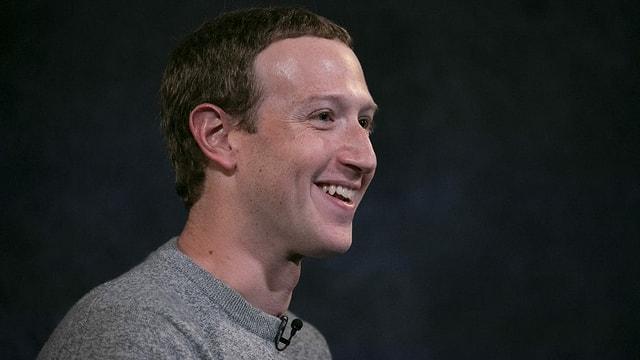 Mark Zuckerberg lacht