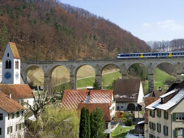 Die S9 auf dem Viadukt bei Rümlingen