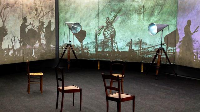Drei Stühle in einem Raum umgeben von Schattenbildern.