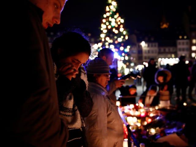 Trauernde nach dem Attentat in Strassburg