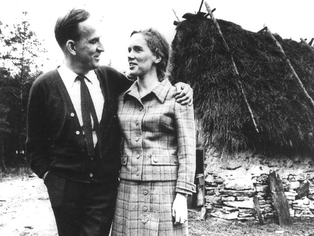 Ingmar Bergman posiert mit Liv Ullmann für ein Foto.