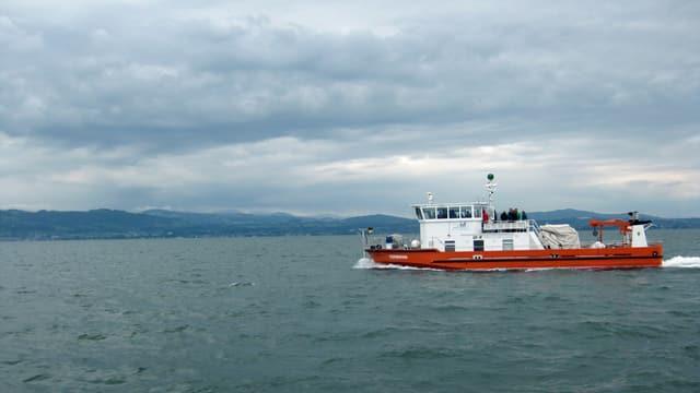 Forschungsschiff mit Krahnen fährt über den Bodensee