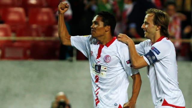 Carlos Bacca (l.) und Ivan Rakitic.