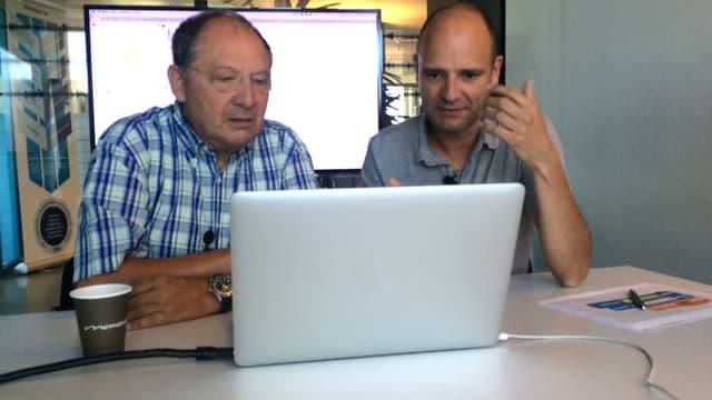 Beni Thurnheer und Reto Widmer sitzen hinter einem Laptop.