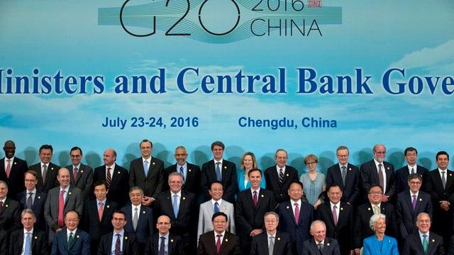 """G20-Teilnehmer präsentieren sich vor einer blauen Wand mit der Aufschrift """"G20 - China"""""""