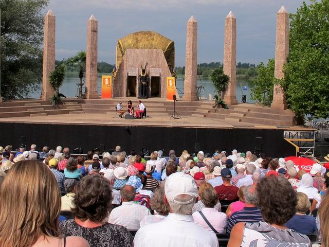 «Persönlich» in ungewohnter Umgebung: Im Hintergrund die Kulissen der Oper «Aida».